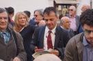 Stefano Fassina firma per il referendum contro L'Italicum 12 Aprile 2016 in piazza Montecitorio